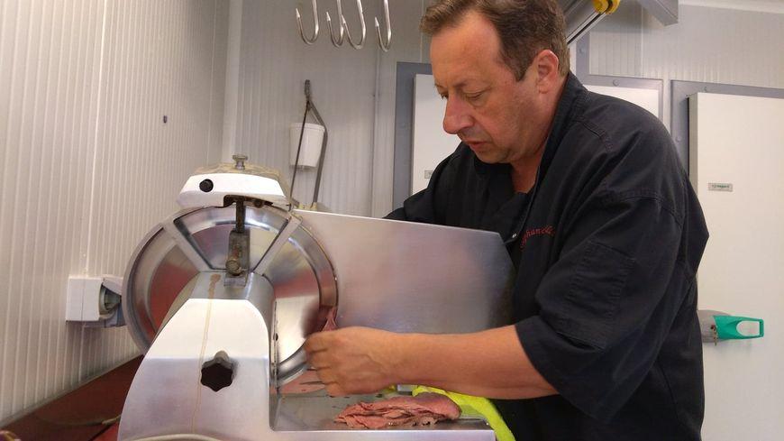 Le restaurateur Stéphane Villetorte à la découpe des 80 kilos de rosbeefs fournis par l'éleveur Pascal Boiron.