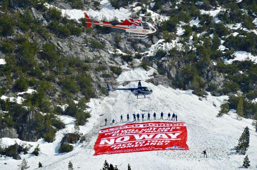 Le mouvement Génération Identitaire avait mobilisé deux hélicoptères au col de l'Échelle (avril 2018)
