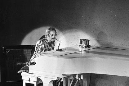 Elton John sur scène au piano, 1972
