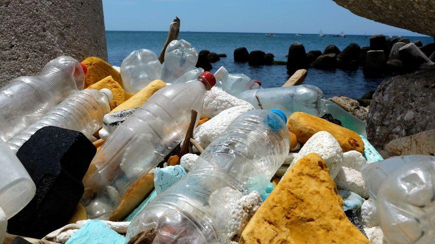 Avec le plastique, il y a la pollution visible sur les plages et celle invisible dans l'eau.