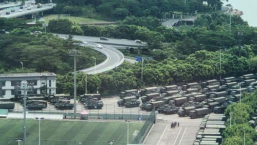 La guerre des nerfs et des mots aux portes de Hong Kong