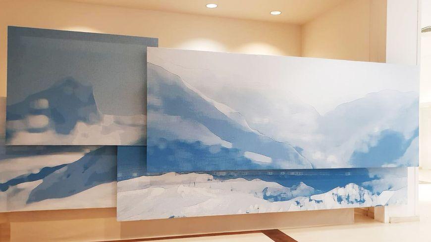 """L' oeuvre monumentale """"Blue Landscape"""", 2m40 de haut par 7m80 de long."""