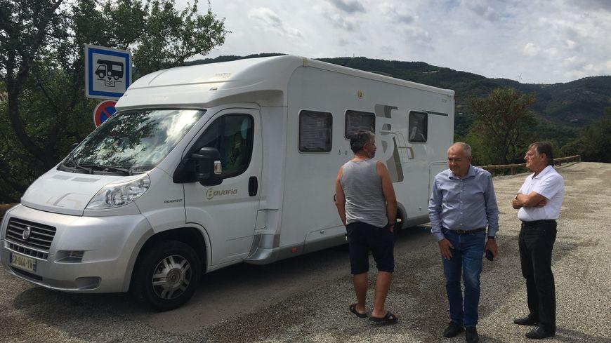 Michel Valla (au centre), maire de Privas et Hervé Rouvier (à droite), adjoint à l'urbanisme, discutent avec un camping-cariste qui découvre la nouvelle aire.