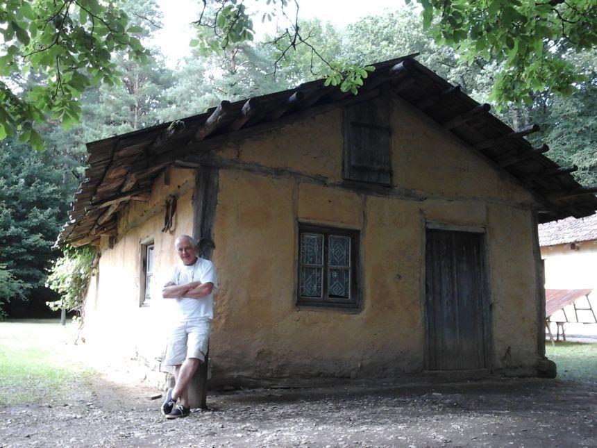 Alain Goy, président de l'association des Villages de la Forêt de Chaux et responsable du site, devant la Maison de Marie Bon Pain. Une passion puissance 10, pour ne pas dire 14 !