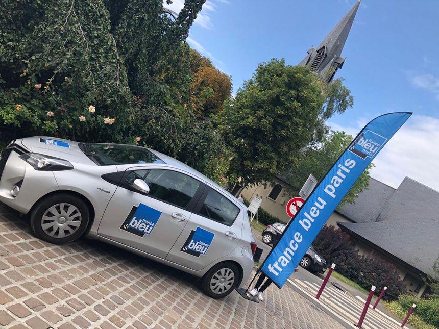La voiture France Bleu devant la Roseraie de L'Haÿ-les-Roses
