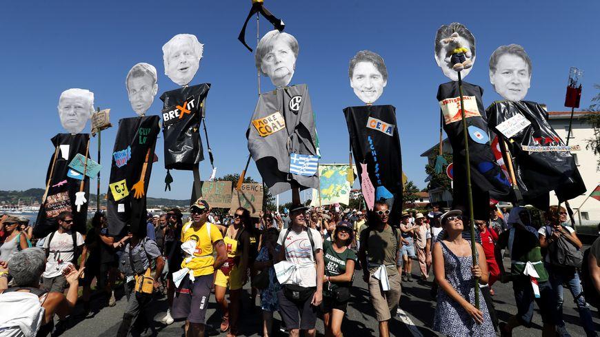 Les manifestants anti-G7 ont brandi des portraits des leaders du G7