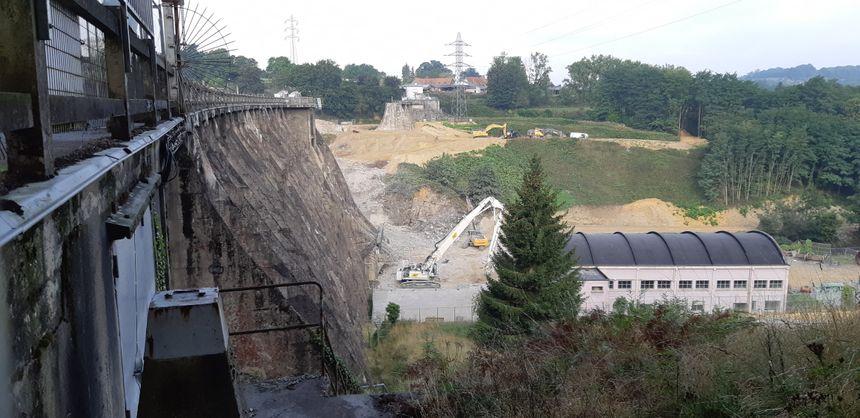 Près d'un tiers du barrage a déjà disparu, la partie située coté Saint-Laurent-de-Terregatte.
