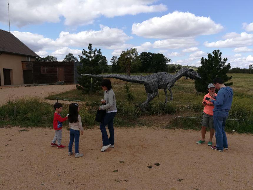 Les dinosaures sont présents dès l'entrée du parc.
