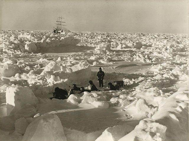 """État des glaces en août 1915 pendant l'expédition impériale transantarctique, 1914-1917, dirigée par Ernest Shackleton. """"L'endurance"""" est à l'arrière-plan."""