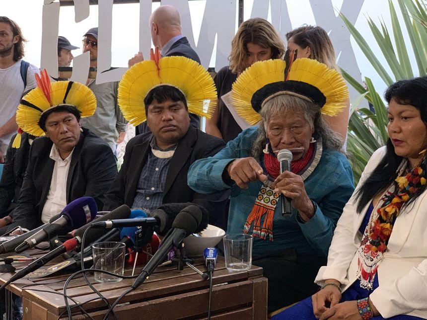 Le Cacique lors de la conférence avec des membres de sa délégation