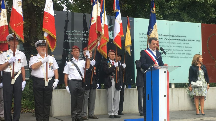 Devant le Mur du Souvenir, le maire de Grenoble Eric Piolle a rendu hommage aux 48 victimes de l'armée allemande, retrouvées dans un charnier les 26 et 28 août 1944.