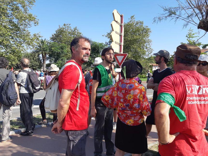 Les manifestants se préparent à Hendaye