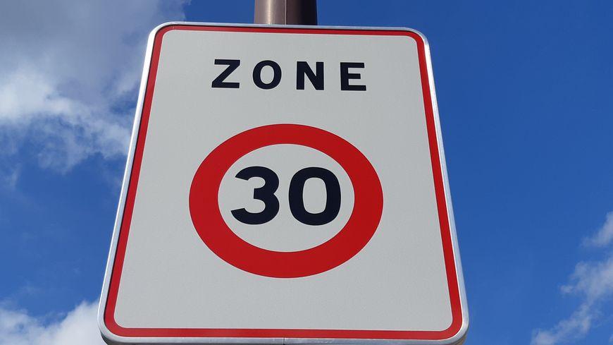 Abaisser la vitesse à 30 km/h permet de moins polluer, de diminuer le bruit et les accident corporels