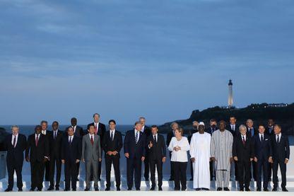Dirigeants et invités du sommet du G7 de Biarritz sont réunis devant le phare de la ville au deuxième jour de ce sommet organisé par la France
