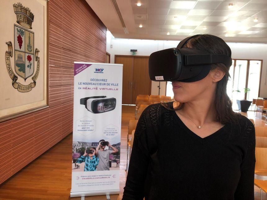 Sophie, L'Haÿssienne venue découvrir les aménagements à venir du cœur de ville grâce au casque de réalité virtuelle