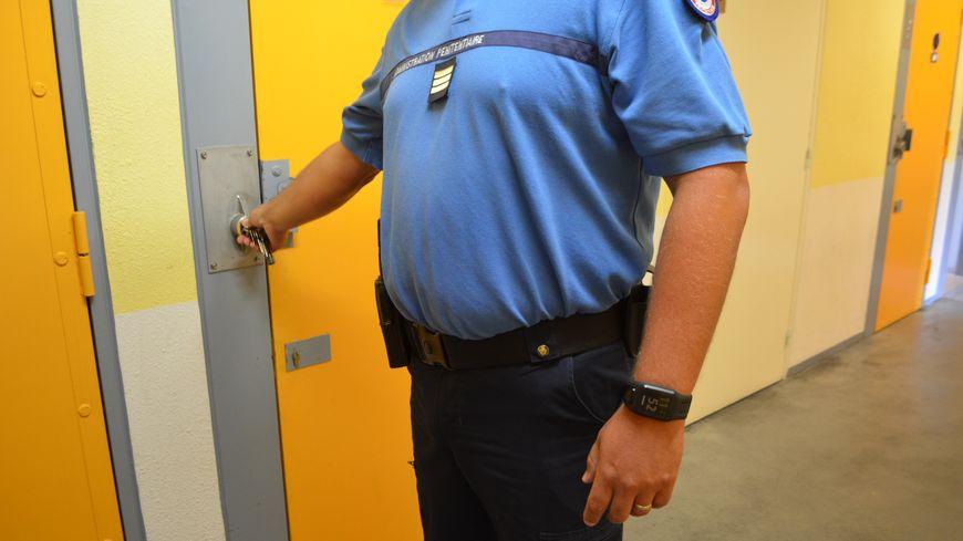 Le détenu a asséné un coup de poing à un surveillant