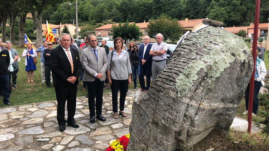 Quim Torra (au centre), le président de la Generalitat de Catalogne, devant le monument en hommage à Francesc Macià..