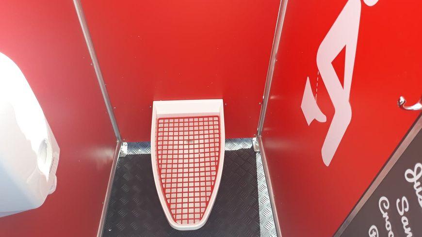 On mettrait trois fois moins de temps dans un urinoir que dans des toilettes classiques selon la créatrice.
