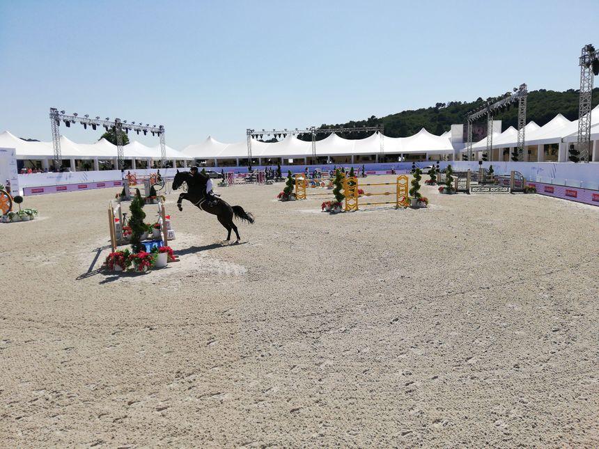Les cavaliers peuvent sauter des obstacles d'1,50m avec leur cheval