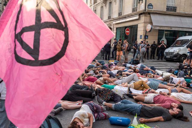 Action de désobéissance civile non loin de l'Elysée pour presser le pouvoir à lutter contre le dérèglement climatique