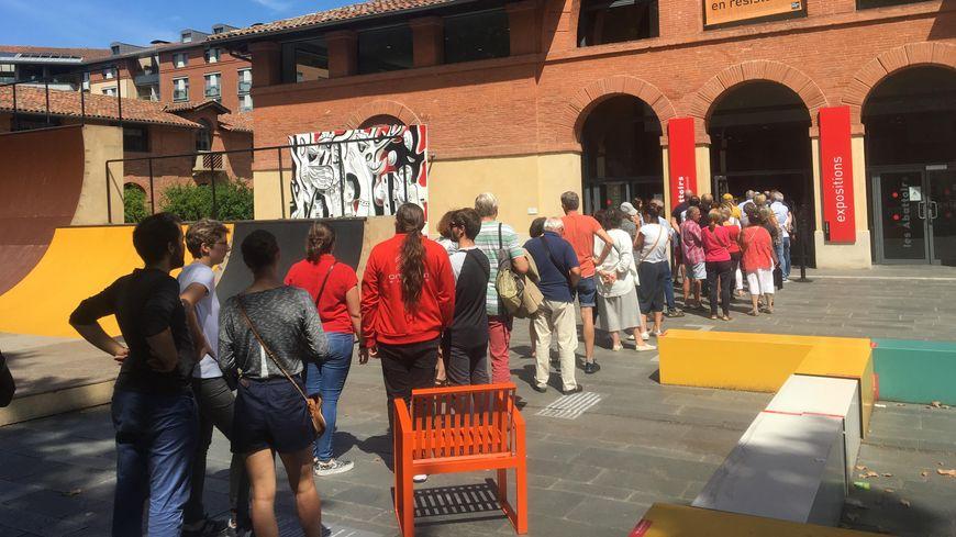 La file d'attente s'étend jusqu'à la grille du musée des Abattoirs pour les derniers jours de l'exposition.