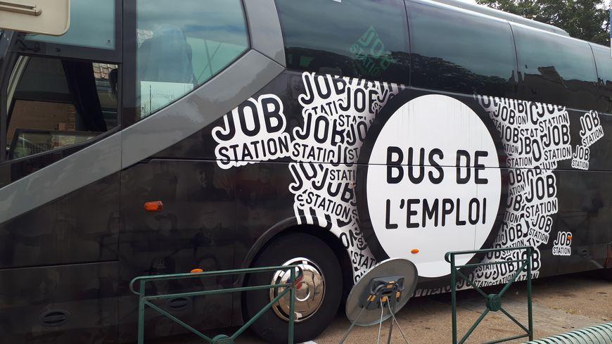 Le bus de l'emploi sur les métiers de la vigne et et du vin s'est arrêté ce jeudi 29 août place de Verdun à Nuits-Saint-Georges.