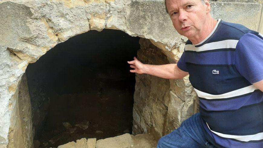 Le maire de Bogny-sur-Meuse, Erik Pilardeau, devant l'entrée de la crypte de la collégiale Saint-Vivent