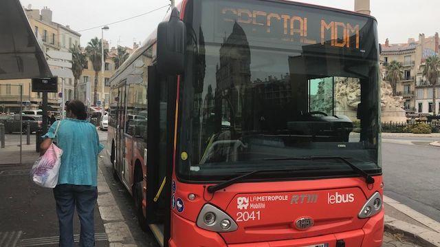 """Le bus secret et non numéroté """"Spécial MDM"""" à l'arrêt Castellane, en centre-ville de Marseille"""