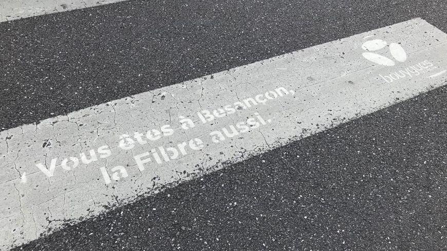Une publicité sauvage de l'opérateur Bouygues télécom retrouvée dans le centre-ville de Besançon
