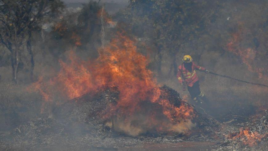 Un pompier lutte contre les flammes.