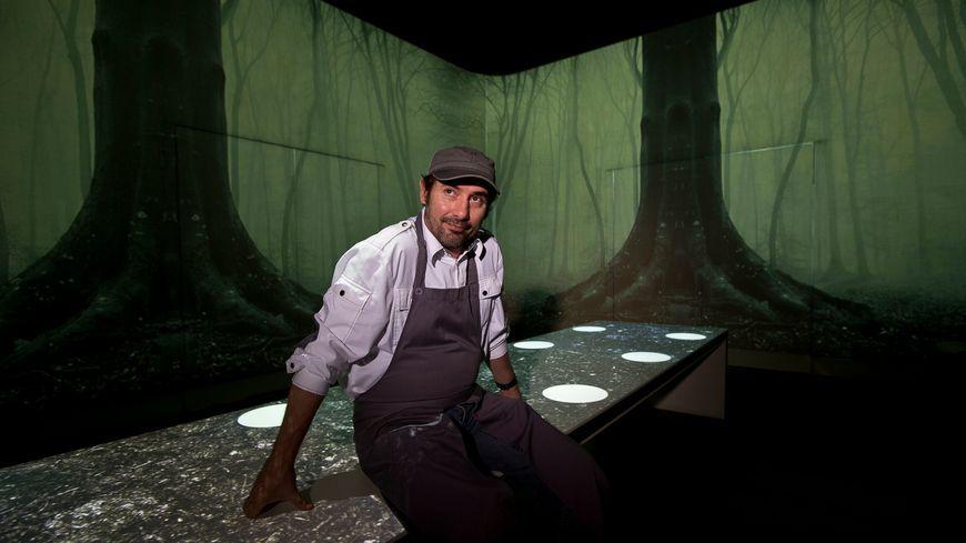 Paul Pairet, dans la salle de son restaurant qui change de couleur selon les plats