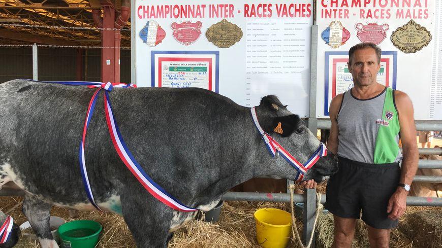 Gérard Bedel, éleveur d'Ille-et-Vilaine remporte l'un des trois prix de cette 54ème édition du Festival de la viande, à Evron.