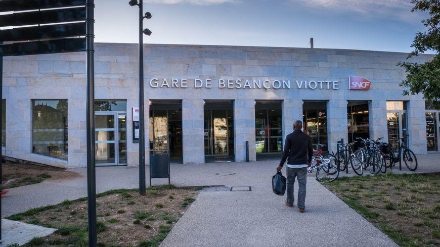 Les migrants à Besançon se retrouvent à la gare SNCF Viotte car ils y trouvent du WiFi gratuit.