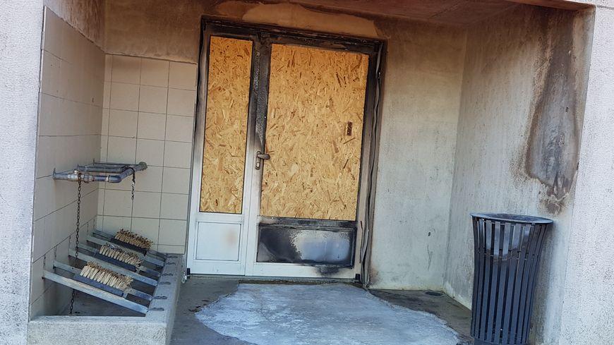 Les portes du vestiaires ont été incendiées.