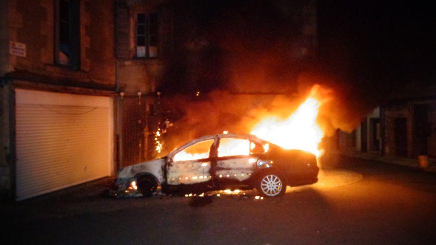 Les voitures ont été incendiées à Thouars vers 6h du matin samedi.