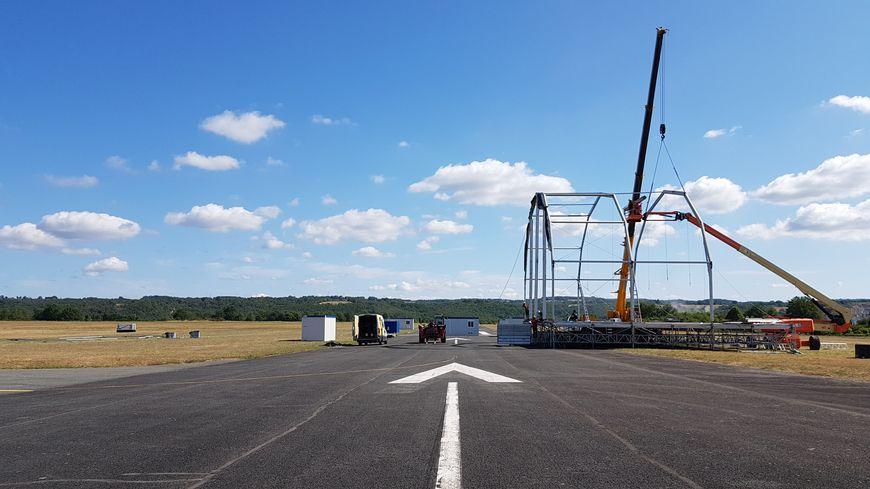 L'aérodrome est en train de se transformer pour accueillir des milliers de spectateurs.