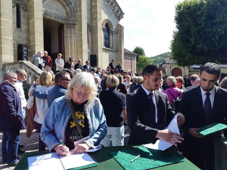 De nombreux témoignages sur les registres sur le parvis de l'église de Vernon - Radio France