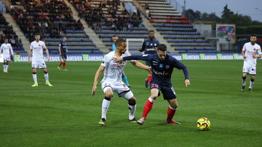 Le milieu de terrain Maxime Barthelmé revient sur cette magnifique pelouse du stade Gaston-Petit qui affectionne tant. Il espère briller avec son nouveau club