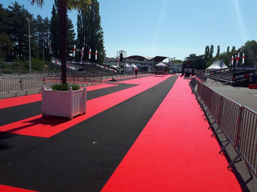 """Le tapis rouge pour l'arrivée des """"finishers"""", ceux qui seront allés au bout de l'épreuve."""