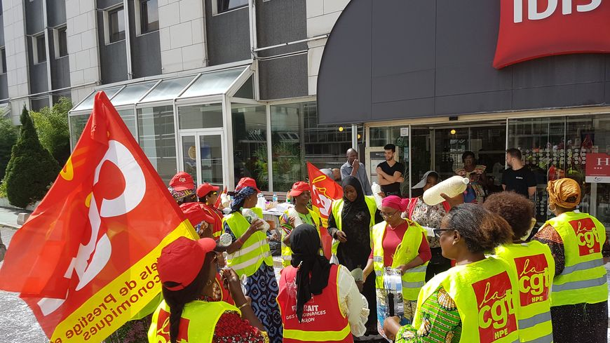 Les femmes de chambre et gouvernantes de l'hôtel Ibis Clichy-Batignolles (XVIIe arrondissement de Paris) fêtent ce samedi 17 août leur premier mois de grève illimité.