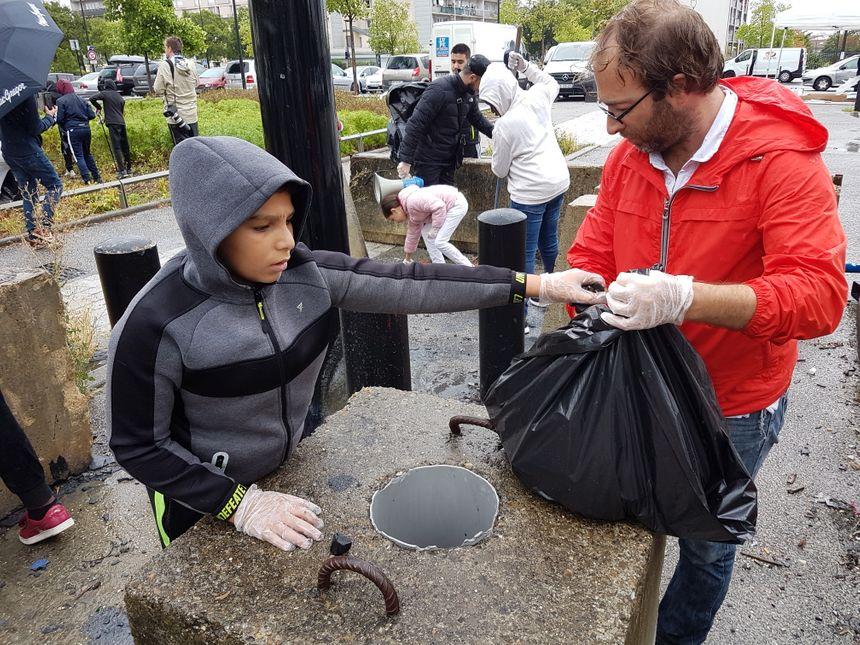 """Jeunes, moins jeunes : tout le monde a participé au """"clean challenge"""" de Sartrouville (Yvelines). Un jeu, mais aussi un défi citoyen pour le quartier."""