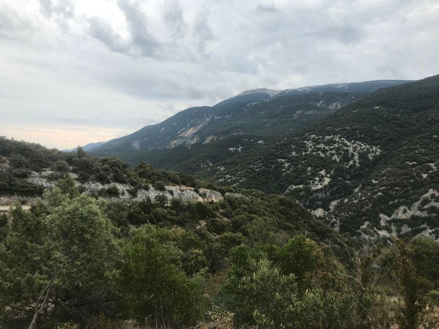 Le village est situé au pied du mont Ventoux.
