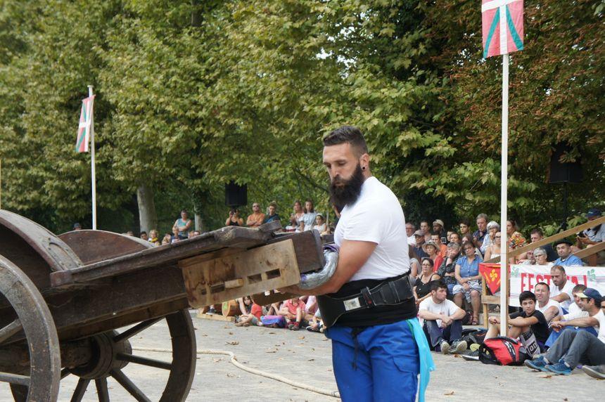 Nicolas Etchelecou termine 5ème avec Saint Jean le Vieux au lever de charette