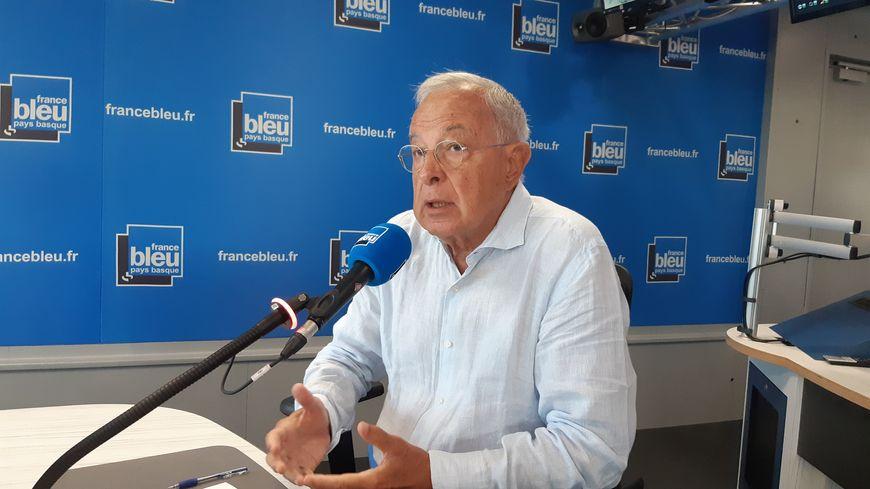 Alain Lamassoure dans les studios de France Bleu Pays Basque avant le G7 de Biarritz