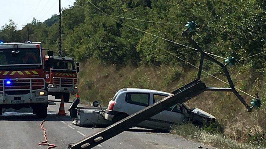 La voiture a percuté un poteau électrique