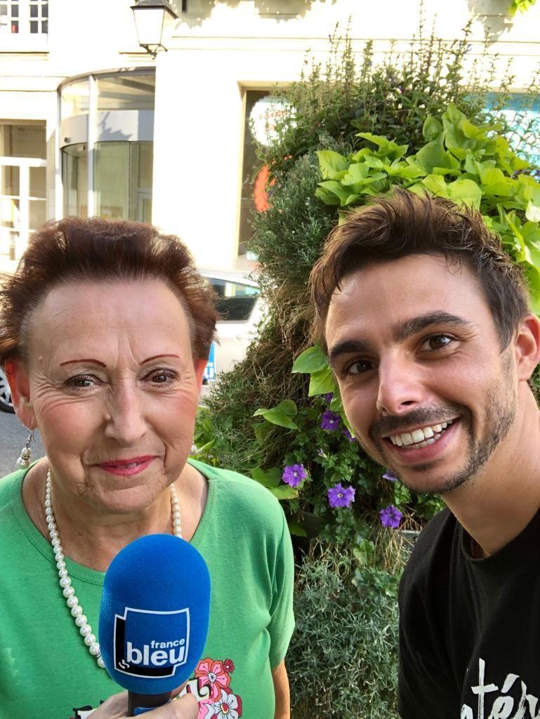 Jocelyne, avec Quentin Lhuissier sur la place de la Mairie de Palaiseau