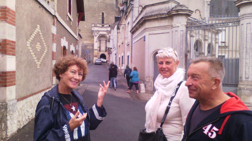 Christine Laurent à gauche fait visiter sa ville d'Amboise à Muriel et Jean Pierre un couple de Belges