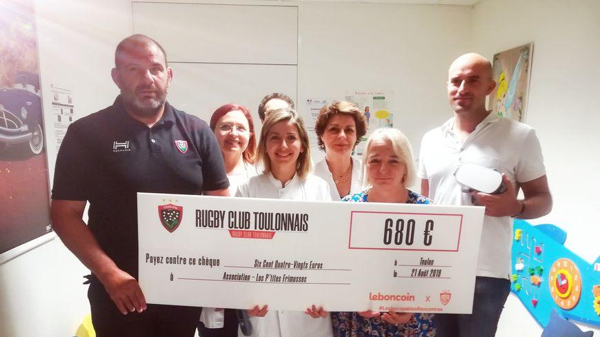 Patrice Collazo, manager du RCT, a remis un chèque de 680€ aux urgences pédiatriques de l'hôpital Sainte-Musse de Toulon