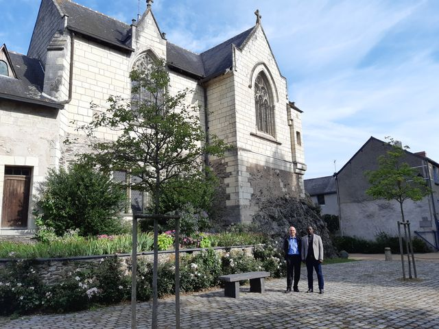 Le père Wakanga et le père Loiseau devant Notre-Dame de Béhuard
