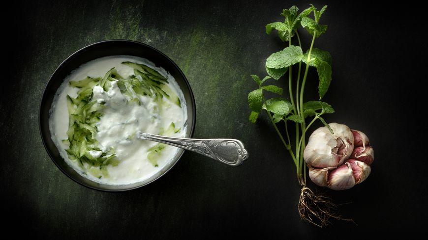 La recette de tzatziki de courgettes. Das Zucchini Tzatziki-Dip Rezept